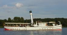 Ab aufs Wasser in historischen Booten und eleganten Schiffen