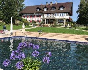 Event in malerischer Kulisse auf einem Hofgut mit Pool und Parkanlage