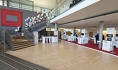 Hanau bei Frankfurt Congress Park Hanau Eingangsfoyer mit Ausstellung, Foto: kapix/Alex Kraus