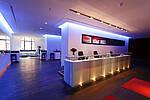 Foyer blau ausgeleuchtet