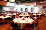 Modernes Ambiente im großen Saal mit Erweiterung mit Mischbestuhlung - Bankett und Reihe.