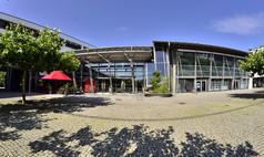 Germering bei München Stadthalle Germering Stadthalle Germering - Therese-Giehse-Platz und Haupteingang