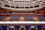 Blick von der Bühne des Großen Saals im CCP auf das Plenum und die Ränge bei parlamentarischer Bestuhlung.